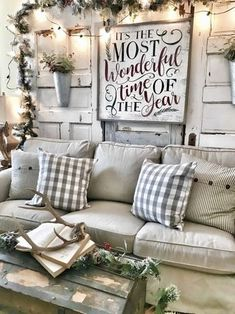 Looking for for inspiration for farmhouse christmas tree? Browse around this website for cool farmhouse christmas tree inspiration. This kind of farmhouse christmas tree ideas seems absolutely excellent. Decoration Christmas, Farmhouse Christmas Decor, Decoration Table, Country Christmas, Xmas Decorations, Winter Christmas, Christmas Home, Farmhouse Decor, Christmas Crafts