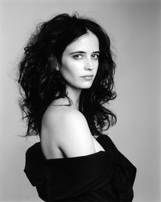 Eva Green - Eva Green is a French actress and model. She started her career in theatre before making her film debut in 2003 in Bernardo Bertolucci's controversial The Dreamers. Pretty People, Beautiful People, Actress Eva Green, Monica Belluci, Bond Girls, Actrices Hollywood, French Actress, Female Portrait, Belle Photo
