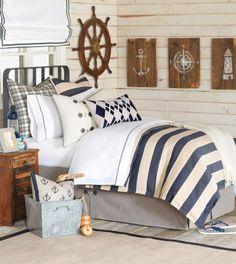 Camera dal sapore estivo - Come arredare la camera da letto stile marina con le classiche righe blu e bianche.