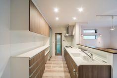 #対面キッチン と背面にW2700mmの#カップボード ショールームのようなキッチンスペースです。