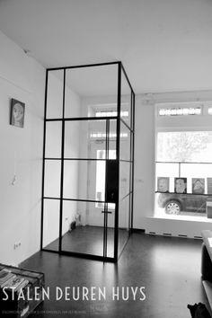Tochtportaal: authentieke stalen deur en een zijlicht