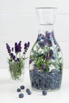 Infused water with blueberries and lavender ready to drink! How refreshing! Learn more about how you can make fruit infused waters to help you stay healthy ;)