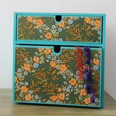 Turquoise ladenkastje met groen vintage bloemen door KijkMaris