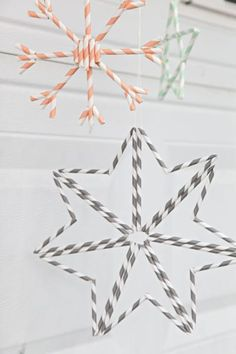 DIY Tutorial DIY Christmas Ornaments / How to Make Paper Straw Snowflake Ornaments - Bead&Cord Scandinavian Christmas Ornaments, Diy Christmas Ornaments, Christmas Tree Decorations, Christmas Fun, Christmas Crafts, Snowflake Ornaments, Easy Ornaments, Plastic Straw Crafts, Diy Straw Crafts