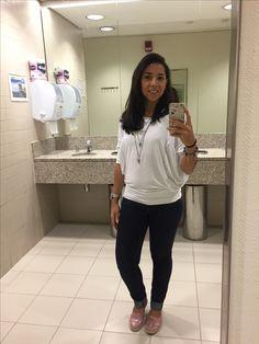 Look básico, jeans, blusa branca, alpargatas colorida