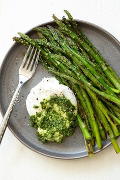 Asparagus with Burrata Cheese and Kale Pesto is a quick, easy and impressive appetizer, snack or lunch option that is ready in less than 25 minutes! Healthy Cooking, Healthy Snacks, Healthy Eating, Healthy Life, What's Cooking, Southern Cooking Recipes, Vegetarian Recipes, Healthy Recipes, Baking Recipes