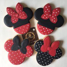 Biscoitos amanteigados, decorados, festa da Minnie e Mickey. Para informações contato@maisondubrigadeiro.com