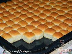 Mini-Buchteln mit Vanillesoße My favorite food from childhood. Small Desserts, Mini Desserts, Delicious Desserts, Dessert Oreo, Czech Recipes, Hot Dog Buns, Sweet Recipes, Baking Recipes, Sweet Tooth