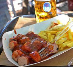 Currywurst: a comida de rua mais icônica de Berlim leva salsicha, catchup artesanal, curry polvilhado, batatas fritas e maionese