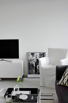 Olohuoneen keveä kaunotar on Gervasonin Ghost-tuoli, jonka pellava-päällinen on helppo irrottaa ja pestä. Helmut Newtonin kehystetty näyttelyjuliste on hankittu Fotografiskasta. Ikat-tyynyn-päällinen on Gauharin mallistosta.
