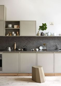 96 Gorgeous Modern Kitchen Counter Decor - Read What's Old Guru Thinks About Modern Kitchen Counter Decor The kitchen in grey and beige colors refined and look classic. Kitchen colors can be Modern Kitchen Counters, Kitchen Tops, Kitchen Soffit, Kitchen Utensils, Kitchen Cabinets, Beige Cabinets, Kitchen Tables, Cheap Kitchen, Oak Cabinets
