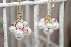 Clúster damas de honor boda pendientes perlas por SidneyAnnJewelry, $24.00