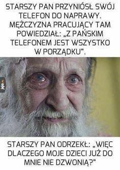 Starszy człowiek i telefon