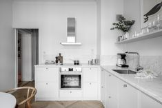 Tour the Characterful Home of Swedish Interior Decorator Lisa Robertz - Nordic Design Kitchen Decor, Kitchen Inspirations, Kitchen Furniture Design, Kitchen Interior, Home Kitchens, Interior, Swedish Interiors, Kitchen Cabinets Decor, Kitchen Dining Room
