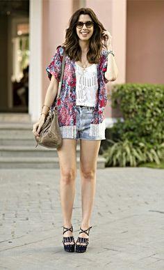 Shorts L.A + kimono + regata Branca × sandálias
