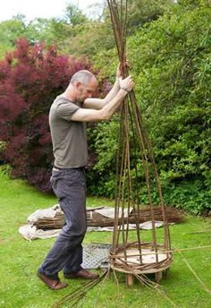 Strong, beautiful frame baskets made using traditional and contemporary techniques. Garden Trellis, Garden Planters, Garden Art, Natural Structures, Garden Structures, Willow Weaving, Basket Weaving, Willow Fence, Willow Furniture