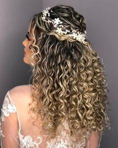 Pin by kenzie rm on hair in 2019 peinados de negras, peinados con rizos, ca Wavy Bob Hairstyles, Formal Hairstyles, Bride Hairstyles, Spring Hairstyles, Haircuts, Curly Wedding Hair, Prom Hair, Bridal Hair, Natural Curls
