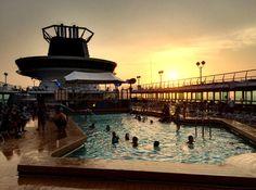 Fim de tarde na piscina do navio Monarch da Pullmantur