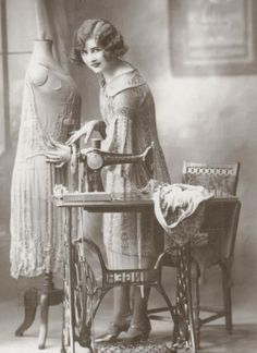 A young woman with a sewing machine c. Our Mom had a sewing machine just like that. I remember sewing on it, Wish I still had it :) Images Vintage, Vintage Pictures, Vintage Photographs, Antique Sewing Machines, Vintage Sewing Patterns, Retro, Etiquette Vintage, Sewing Art, Sewing Notions
