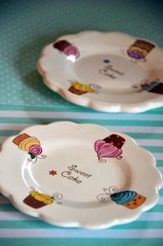 Plato para Muffins China Painting, Ceramic Painting, Ceramic Plates, Porcelain Ceramics, Cupcake Boutique, China Clay, Honey Buns, Coffee Corner, Sweet Cakes