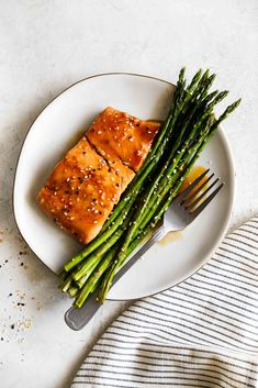 Easy oven Baked Sesame Glazed Salmon and Asparagus made on one pan with a sweet and savory Asian glaze that will make you swoon! This healthy, 30 minute meal is the perfect solution for busy weeknights. Baked Asparagus, Salmon And Asparagus, Roasted Salmon, Grilled Salmon, Healthy Breakfast Recipes, Healthy Foods To Eat, Healthy Snacks, Healthy Eating, Seafood Recipes