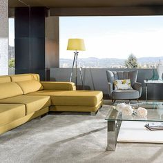 Sala de estar com sofá amarelo