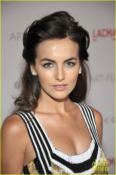 Camilla Belle- such a pretty eye look and hair color Camilla Belle, Formal Hairstyles, Down Hairstyles, Medium Hairstyles, Pelo Formal, Belle Hairstyle, Hairstyle Ideas, Celebrity Makeup Looks, Celebrity Beauty