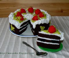 Разноцветное счастье: Шоколадный торт с клубникой