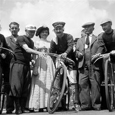 """01-07-1953, 50°anniversario della nascita del Tour de France. Montgeron, Café """"Au Réveil Matin"""", 27-06-1953. Maurice Garin (1871-1957), 2° da dx., che vinse il primo Tour de France nel 1903 e Eugène Christophe (1885-1970), 2° da sin., che per primo indossò nel 1919 la maglia gialla, posano vicino a ciclisti abbigliati come nei primi anni del novecento nella cittadina di Montgeron, alla periferia di Parigi, da dove, il 1 luglio 1903 alle 15.16, partì la prima edizione del Tour"""