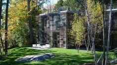 Уединенный дом в лесу с видом на озеро