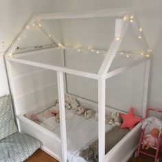 Le lit maison cabane de Zoé – IKEA Hack lit Kura Any individual can develop a house sweet house, even when the price range is tight. Kura Bed, Floor Bed Ikea, Ikea Hack Lit, Ikea Hacks, Big Girl Rooms, Boy Rooms, Toddler Rooms, Kids Bedroom, Lego Bedroom