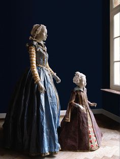 Isabelle (1540-1557) et Catherine (1593-1629) de Médicis    Paper costumes of Isabelle de Medici (daughter of Eleonora de Toledo and Cosme I) and of Catherine de Medici (daughter of Ferdinand I and Christine of Lorraine), after a portrait painted by Christofano Allori (Palazzo Pitti, Firenze).  Both created in 2007.
