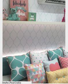 Enxoval para quarto de bebê com linda composição de almofadas com tonalidades candy color. Mix de estampas e cores.  projeto by @plural_arquitetura_criativa .  Arquiteturade❤️ #arquiteturadecoracao #olioliteam