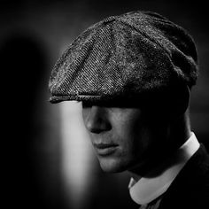 Peaky Blinders Poster, Peaky Blinders Wallpaper, Black And White Wallpaper, Cillian Murphy, Pretty Men, Black And White Photography, Beautiful Pictures, Mafia, Relax