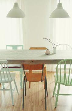 Verschillende stoelen om de eettafel, lekker fris in een lichte groene kleur