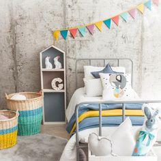 Guirnalda de colores vivos, ideal para decorar la pared del dormitorio infantil. Añade un toque de color a la habitación de tus hijos con estos preciosos bande
