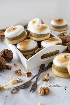 Lágy, diós-habos linzer | sutisdobozoom Cookie Recipes, Dessert Recipes, Non Plus Ultra, Traditional Cakes, Gourmet Gifts, Small Cake, Wedding Desserts, Chocolate Desserts, Easy Desserts