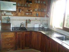 Otro estilo de una cocina en una cabaña con paredes de troncos macizos. Mas detalles en nuestra pag. web: casadetroncos.com