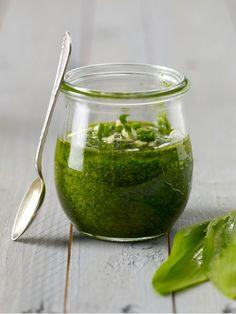 Lässt sich ganz leicht selber machen: Bärlauch-Pesto aus nur 5 Zutaten Spinach Pesto Pasta, Pesto Dip, Ramp Pesto, Buttered Noodles, Butter Pasta, Vegetarian Recipes, Healthy Recipes, Healthy Food, Wild Garlic