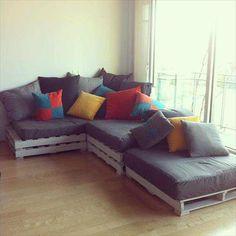 Veja 100 modelos de sofá de palete. Se inspire e aprenda passo-a-passo a fazer o sofá e a almofada. Faça você mesmo seu sofá gastando pouco com essas dicas. (Diy Furniture Cheap)