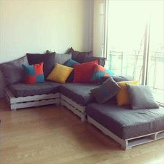 Veja 100 modelos de sofá de palete. Se inspire e aprenda passo-a-passo a fazer o sofá e a almofada. Faça você mesmo seu sofá gastando pouco com essas dicas.