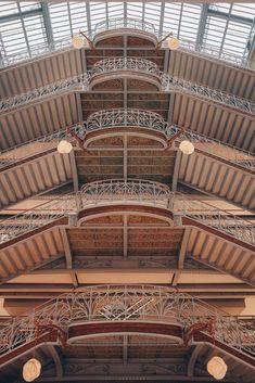 La Samaritaine is een grootwarenhuis in het centrum van Parijs, in het 1e arrondissement. Het opende zijn deuren in 1869 en was gebouwd in opdracht van Ernest Cognacq. Het warenhuis is sinds 2001 in het bezit van het luxewarenconcern Louis Vuitton Moët Hennessy. Het gebouw heeft een art-decostijl, met een ijzeren constructie en glazen koepel. Het interieur van La Samarataine bevat een art-decotrap en hangende galerijen. De hoofdarchitecten waren Frantz Jourdain en Henri Sauvage. Rue Rivoli, Pont Paris, Art Nouveau Interior, The Beauty Department, Japanese Architecture, Paris Architecture, Glass Floor, Store Windows, Department Store