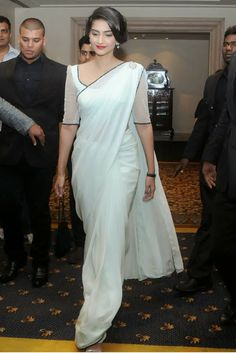 Sonam Kapoor in white saree photos at Idea Film Fare 2012 Indian Dresses, Indian Outfits, Sonam Kapoor Saree, Anarkali, Lehenga, Saree Look, Elegant Saree, Indian Attire, Saree Styles