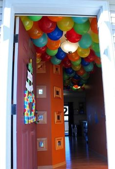 balloon ceiling! i wanna do this the next party for the boys, very cool