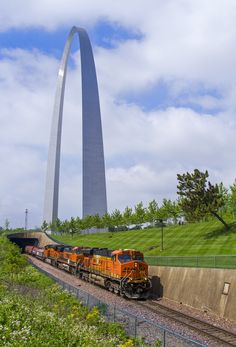Riding TRRA trackage, BNSF Railway No. 7511 escorts an eastbound freight under the Gateway Arch in St. Rail Transport, Freight Transport, Rail Europe, Bnsf Railway, Burlington Northern, Norfolk Southern, Train Pictures, Train Engines, Train Tickets