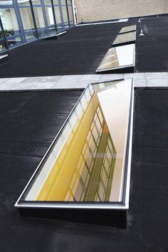 #daklichten voor het Mundus college in Amsterdam van Vlakkelichtkoepel Garden Room Extensions, Balcony Doors, Fabric Canopy, Aluminium Doors, Glass Roof, Home Projects, Ramen, Amsterdam, College