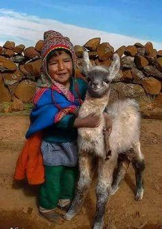 Children and their Alpacas, Animals For Kids, Animals And Pets, Baby Animals, Cute Animals, Cultures Du Monde, World Cultures, Kids Around The World, People Around The World