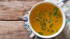 Não se assuste se você não sabe qual a diferença entre caldo e sopa. Esta é uma dúvida bem comum e estamos aqui para esclarecer de uma vez por todas para vocês :) O caldo é um concentrado de aromas, sabores e nutrientes provenientes dos ingredientes que utilizamos no preparo. Serve tanto para o consumo direto, quanto comobase para uma sopa, uma sopa creme ou em pedaços. Os caldos mais comuns são os de legumes, de carne, frango e peixe. Já a sopa, tem o caldo como base, acrescida de outros…