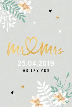 Trouwkaart voor bruiloft met gouden Mr & Mrs letters en bloemen in zachte tint.