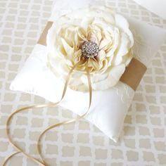 Ring bearer pillow ! Pero hacerlo con cinta morada y flor verde o al revés!